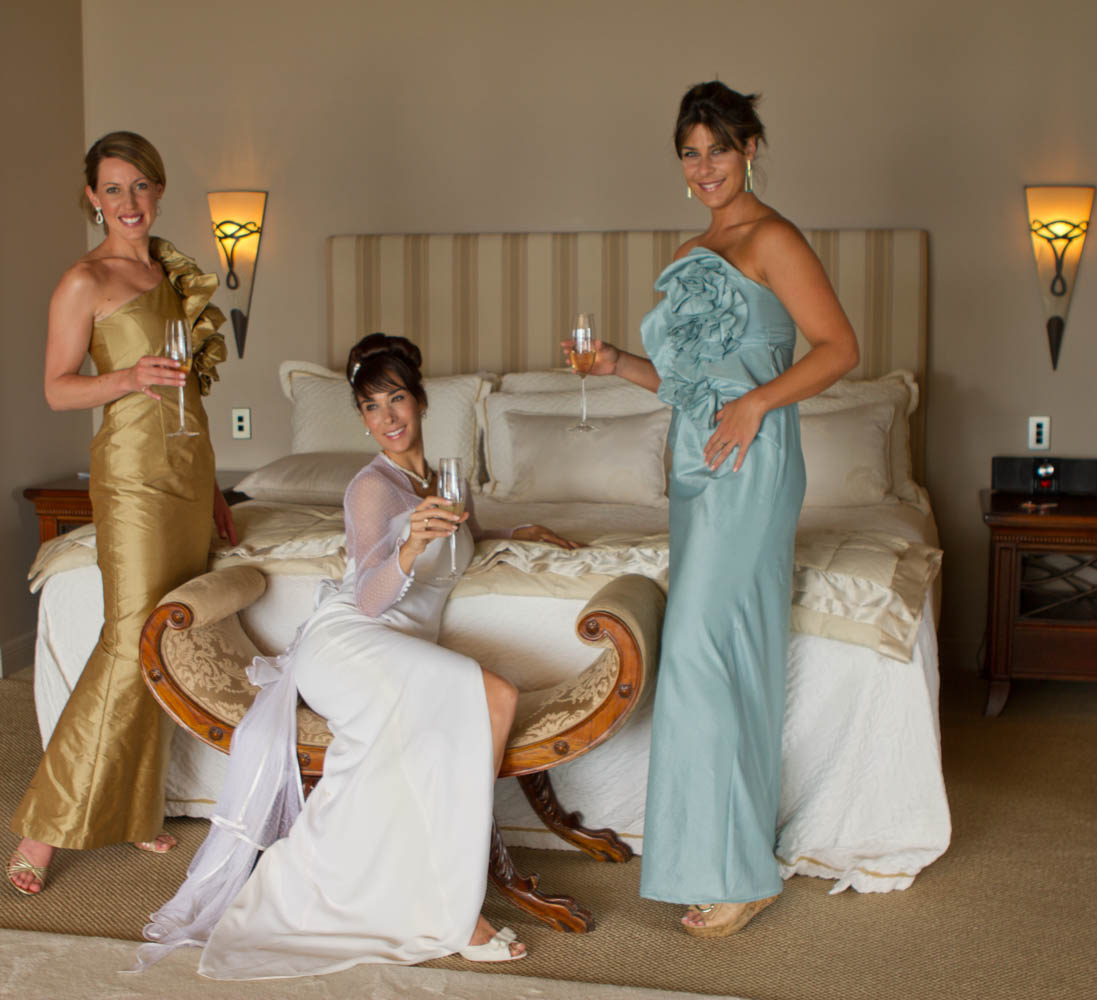 bride and her bridesmaids in the bridal suit of Peppers on the Point luxury lodge in Rotorua